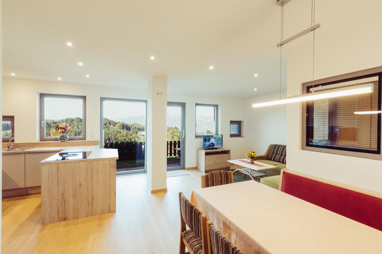 Wohnzimmer mit herrlicher Aussicht - Ferienwohnung Pension Stern - Aldein